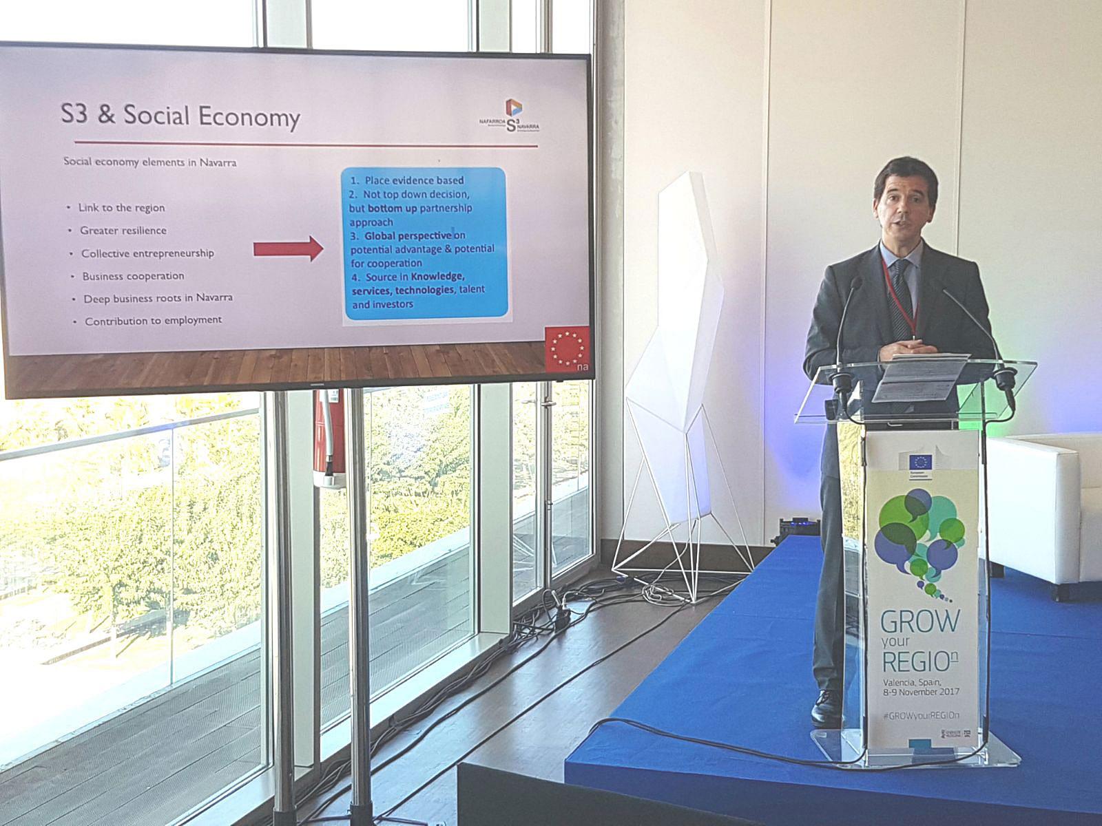 """Mikel Irujo durante la presentación del modelo """"inteligente"""" de economía social navarra."""