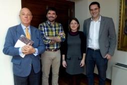 De I a D:  Javier Taberna (Cámara) y los representantes municipales Eneko Larrarte, Sofía Pardo así como Ignacio Ortega (Cámara Navarra en Tudela), tras la firma del acuerdo. (FOTO: Germán Pérez).