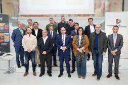 Foto de familia con el grupo promotor del coche eléctrico, autónomo y conectado de Navarra, NaVEac, en su presentación en CEIN.