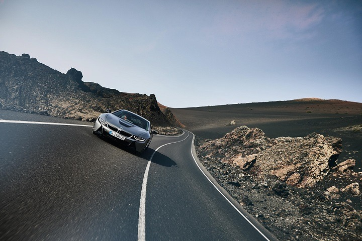 Imagen promocional del nuevo BMW i8 que se presenta bajo dos variantes: Roaster y Coupé.