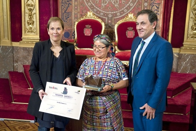 Maria Canil, delegada de La Vía Campesina en Centroamérica, junto con la Presidenta Barkos y el presidente de Laboral Kutxa.