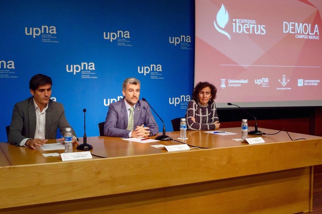 Óscar López, director ejecutivo de Campus Iberus; Alfonso Carlosena, rector UPNA; y Cristina Bayona, vicerrectora de Estudiantes, Empleo y Emprendimiento, durante la presentación del Programa.