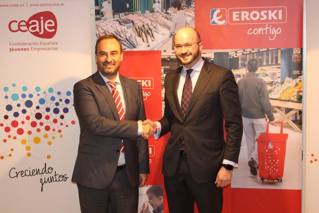 El director de Franquicias Eroski, Enrique Martínez; y el presidente de CEAJE, Fermín Albadalejo, durante la firma del acuerdo. (FOTO: Eroski)