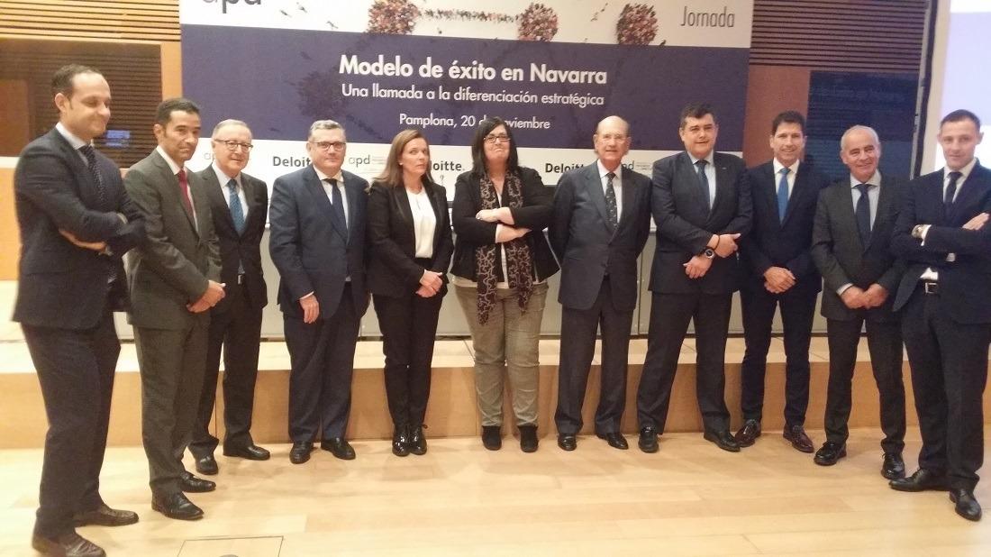 """Foto de familia con los principales ponentes y organizadores de la Jornada """"Modelo de Competitividad en Navarra"""" promovida por APD y Deloitte."""