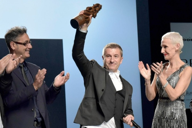 Mikel Luzea muestra el trofeo que le entregaron sus compañeros. Foto (David Muñiz).