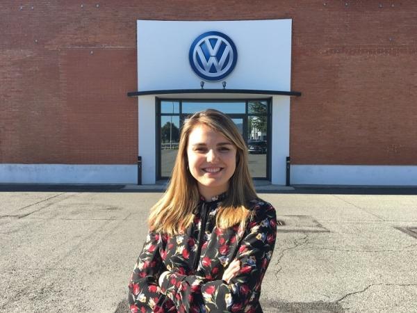 """Imagen de Paula Izco, reconocida por VW Navarra por su proyecto fin de grado """"Gestión de manuales formativos en Moodle""""."""