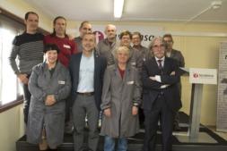 Foto de familia del vicepresidente Laparra con trabajadores y responsables de Tasubinsa.