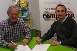 Momento de la firma del convenio de colaboración entre los responsables de Villa Javier y APEX.