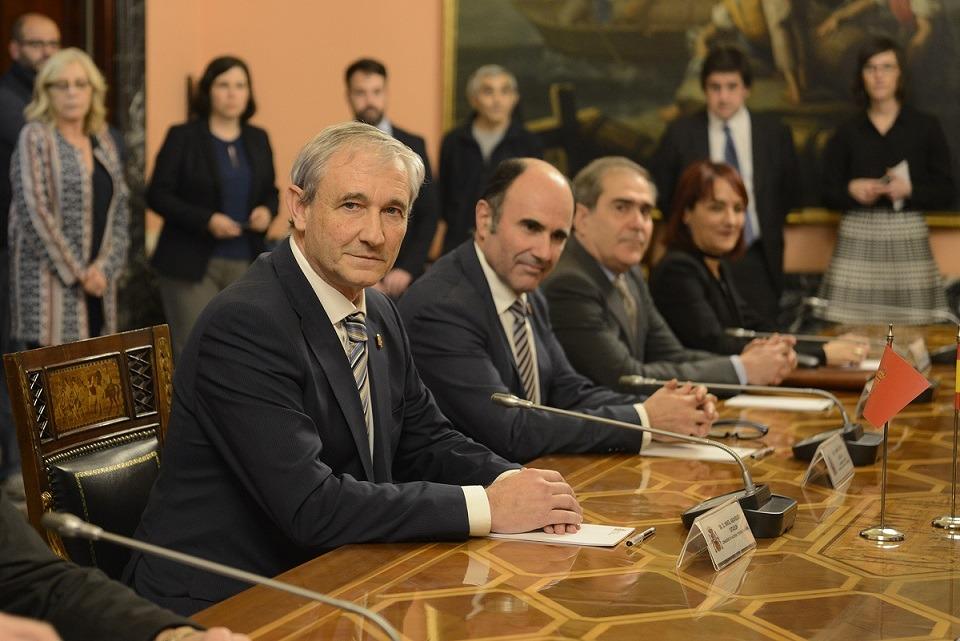 Los representantes navarros en el acto de firma del acuerdo.