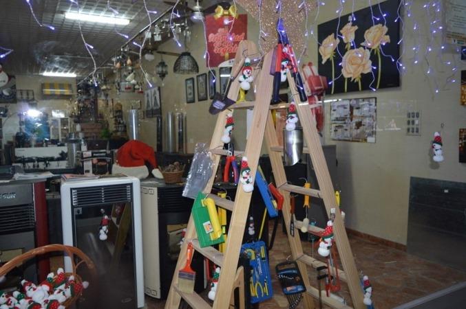 Imagen del escaparate de un comercio decorado para la Navidad.