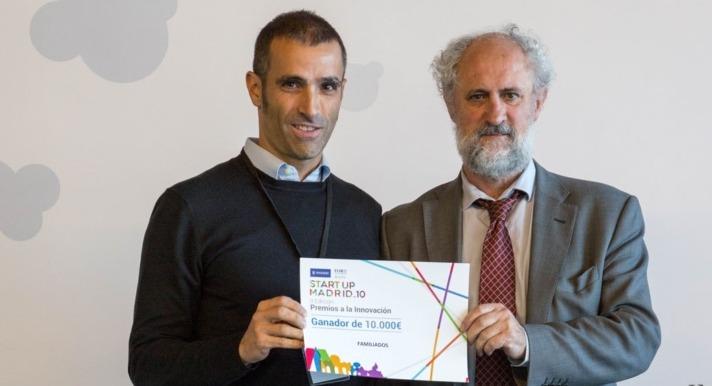 Momento en el que Ernesto Bravo, CEO de Familiados (a la izquierda) recoge el premio del representante del Ayuntamiento de Madrid, promotor de 'Startup Madrid 10'.