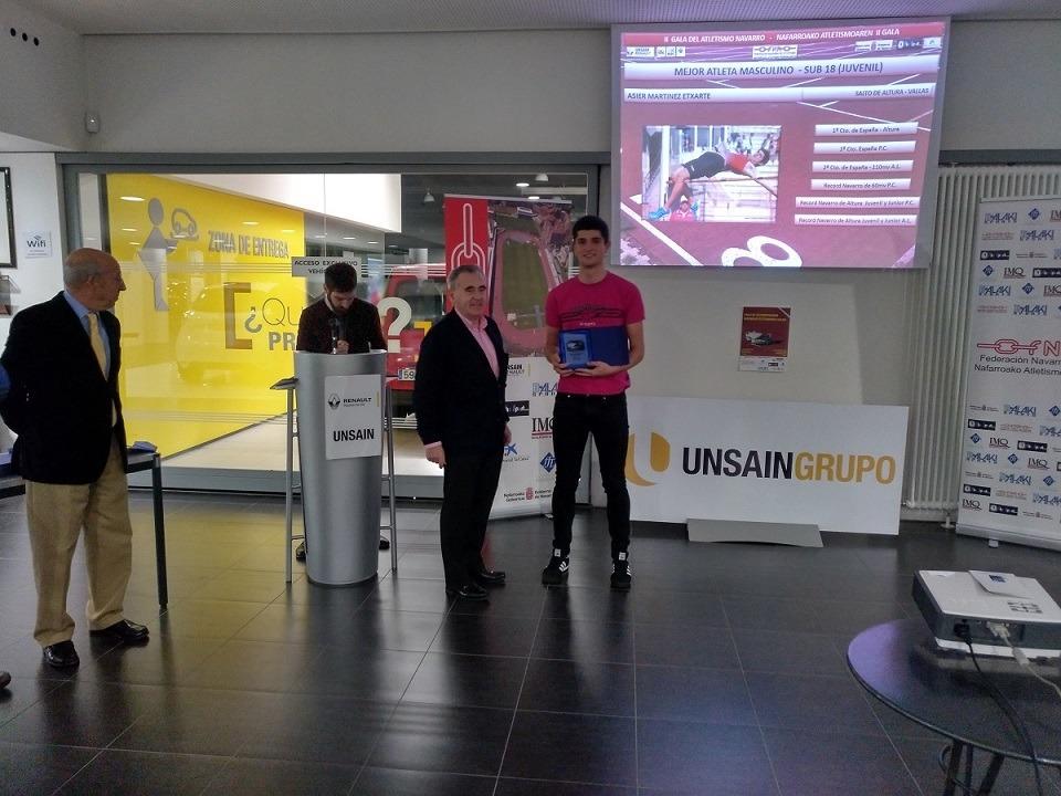 "Pachi Esparza (Unsain Grupo) entrega el galardón al ""Mejor Atleta Masculino Sub-18"", Asier Martínez."