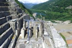 Imagen de las grúas de Comansa en plena actividad (Autor: Consorcio CCC Ituango / EPM).