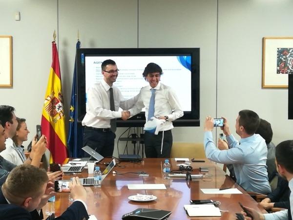 Momento en el que Mikel Beroiz es nombrado presidente de la Confederación Europea de Jóvenes Empresarios.