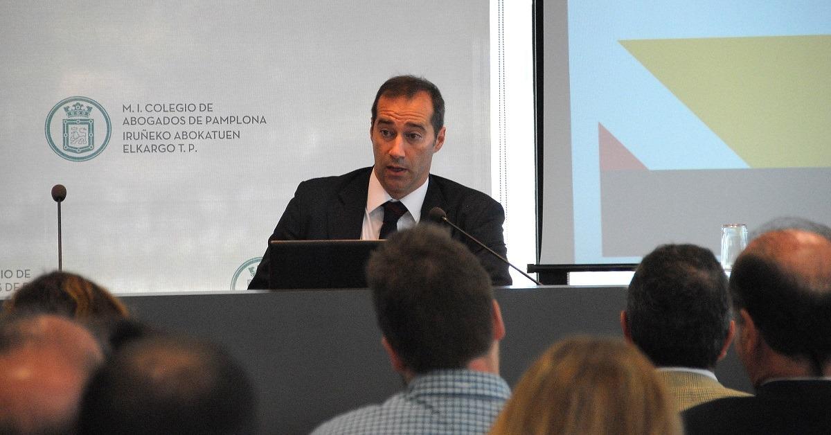 Francisco Pérez Bes, durante la conferencia que ofreció en la sede del Colegio de Abogados de Pamplona.