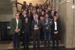 Foto de familia de los miembros de la UNED y autoridades con el galardón obtenido.