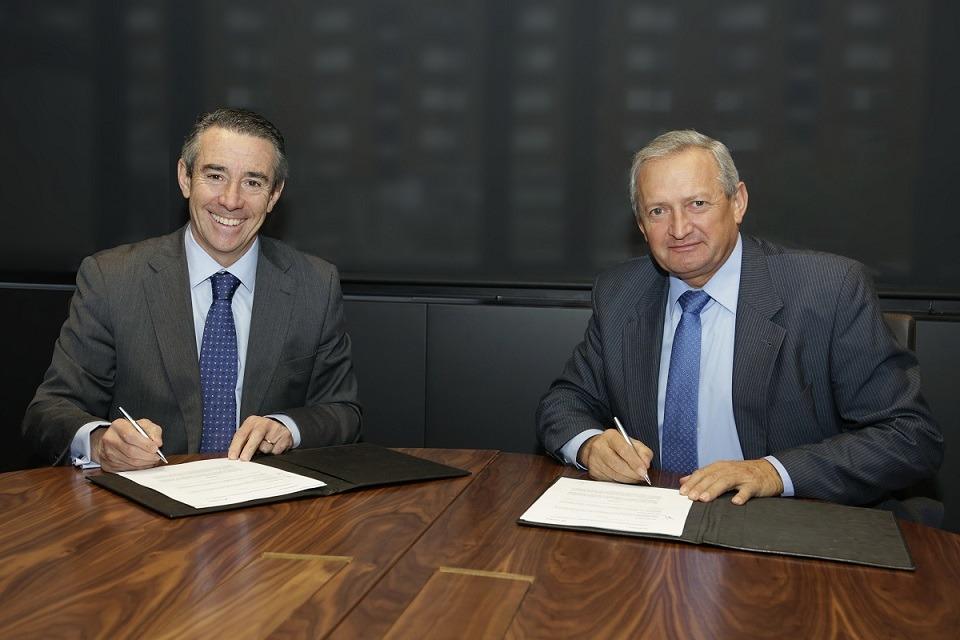 Momento del acuerdo suscrito por el director general de CaixaBank, Juan Alcaraz, y el presidente de Cooperativas Agro-alimentarias de España, Ángel Villafranca,
