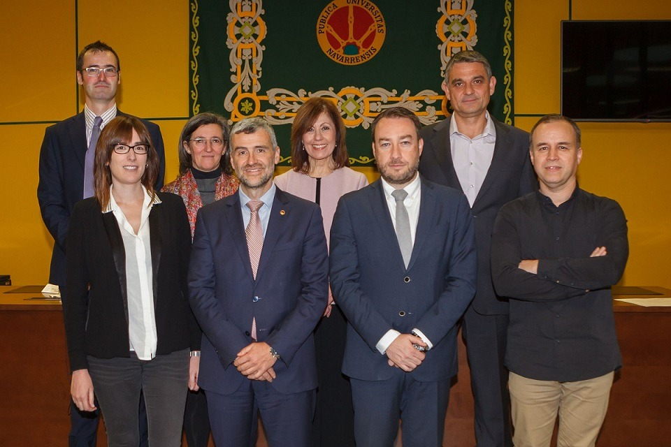 El grupo de los investigadores premiados, junto con el rector, Alfonso Carlosena.