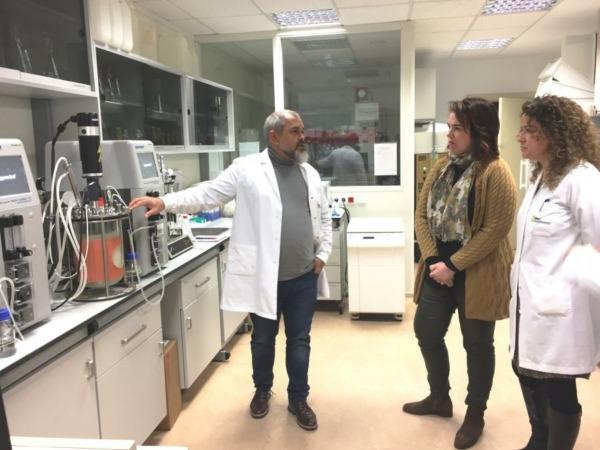 La presidenta del Parlamento foral, Ainhoa Aznárez, atienda las explicaciones durante su visita institucional a Iden Biotechnology.