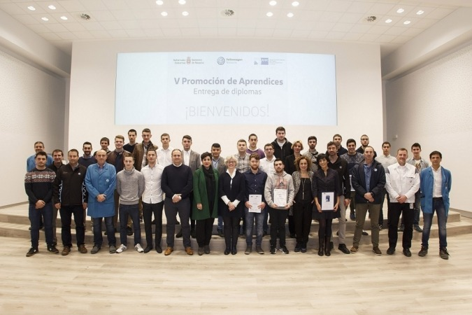 Los aprendices, con la consejera, la representante de la Cámara alemana y responsables de VW Navarra.