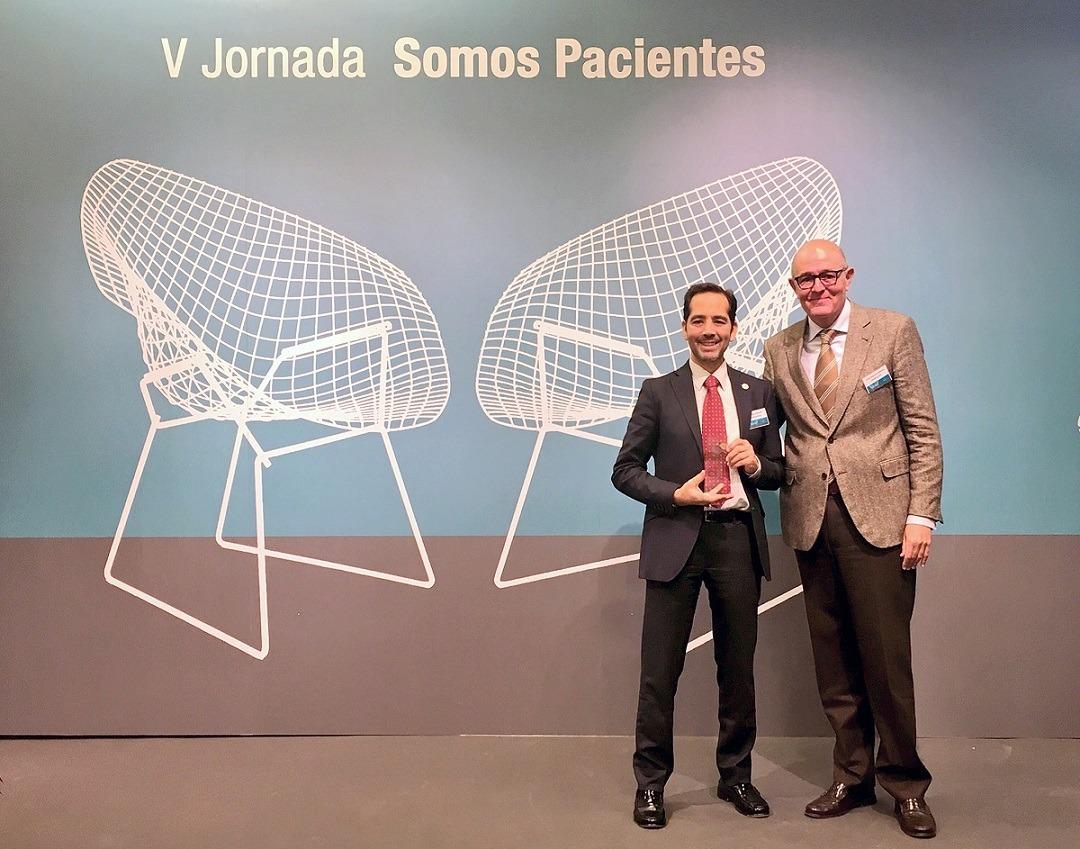 A la izquierda, Manuel Arellano, presidente ALCER Navarra, recibe el premio de Fundación FarmaIndustria de manos de Rodrigo Gutiérrez, director General de Calidad y Humanización de la Asistencia Sanitaria del Servicio Salud de Castilla- La Mancha.