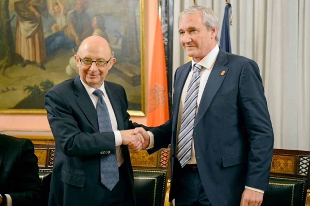 Momento en el que el ministro Montoro y el consejero Aranburu ratifican con un apretón de manos el Convenio Económico entre Navarra y el Estado para el próximo lustro.