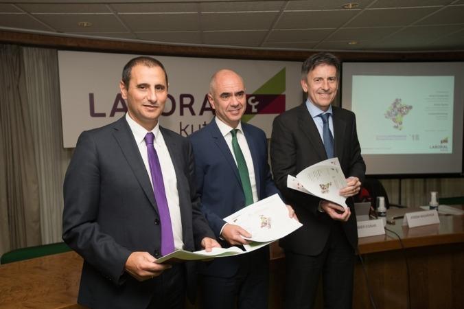 Responsables de Laboral Kutxa. De Izquierda a Derecha: Javier Cortajarena (director territorial); Xabier Egibar (director de Desarrollo de Negocio) y Joseba Madariaga (director del Departamento de Estudios).