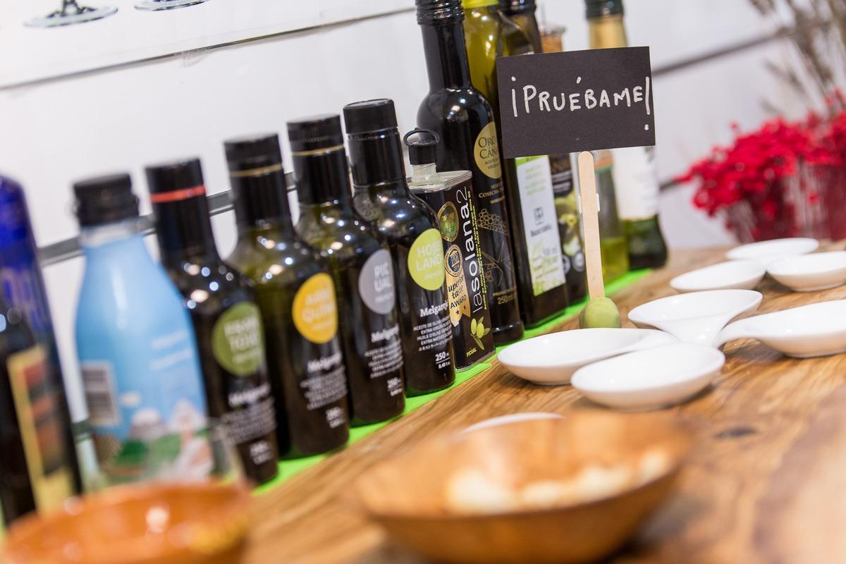 En 'Mágina. Aceites de la Sierra' te invitan a degustar antes de elegir tu aceite de oliva virgen extra.