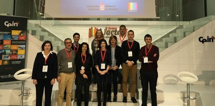 Foto de familia de los 7 primeros 'Proyectos RSE Navarra' junto a la directora general de Política Económica, Empresarial y Trabajo, Izaskun Goñi.