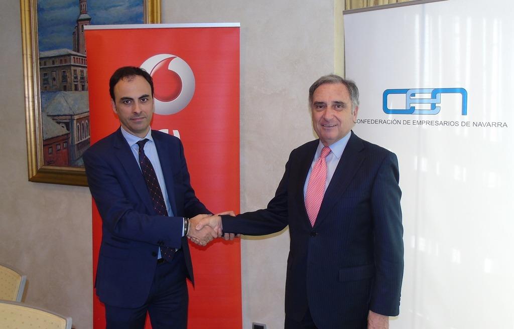 Imagen tras la firma del acuerdo entre el jefe de Distribución de la Zona Norte de Vodafone, César Ijalba (Izda), y el presidente de CEN, José Antonio Sarría.