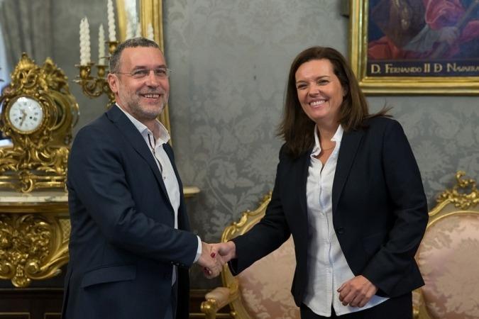 Miguel Laparra, vicepresidente foral de Derechos Sociales, y Ana Díez Fontana, directora territorial de La Caixa, tras la firma del convenio alcanzado entre ambas entidades.