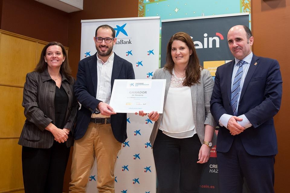 Los responsables de Ikan Biotech posan junto a Ana Díez Fontana (Caixabank) y el vicepresidente foral, Manu Ayerdi.