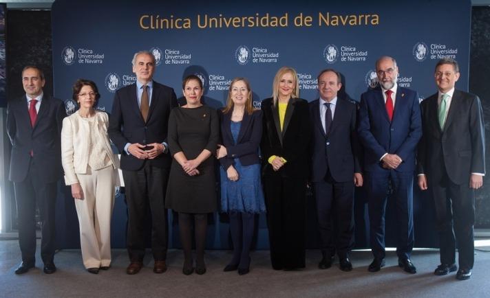 Foto de familia de las principales autoridades presentes en la inauguración de la Clínica Universidad de Navarra en Madrid.