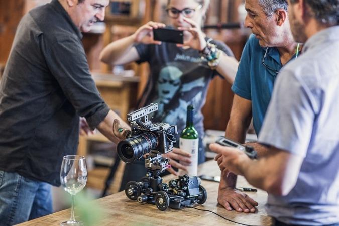 Promotores de Ápodo junto a uno de sus desarrollos audiovisuales, el 'Slider&Dolly'.