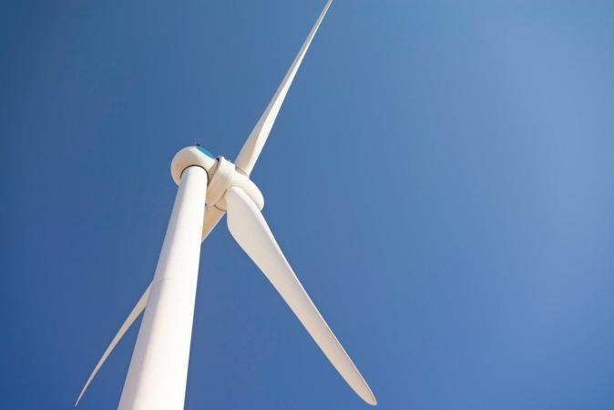 Imagen de un aerogenerador eólico.