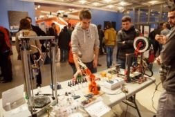 Imagen de un reciente encuentro desarrollado por alumnos de la UPNA para fomentar la ingeniería electrónica.