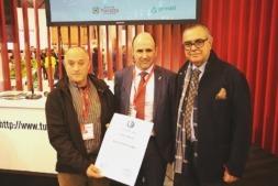 Tomás Pasquel, Manu Ayerdi y Luis Martínez muestran el certificado Destino Starligth.