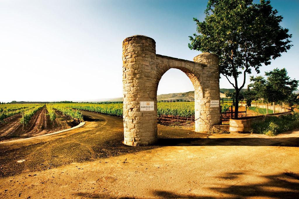 Arco que marca la entrada a los viñedos de la bodega Barón de Ley en Mendavia.