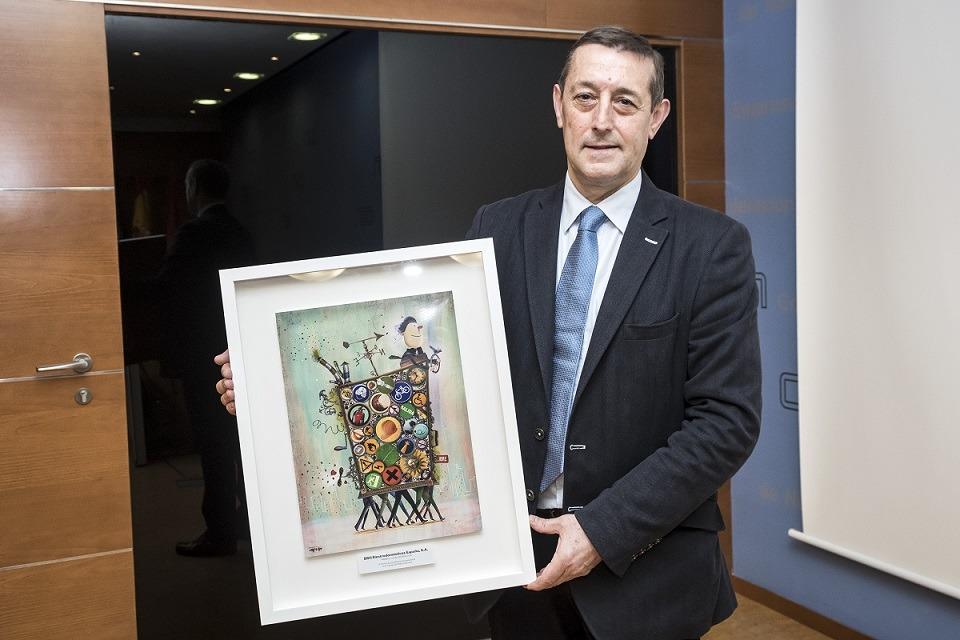 José Antonio Villalba, responsable de Salud Laboral de BSH Electrodomésticos España SA con el Premio Azul de Mutua Navarra.