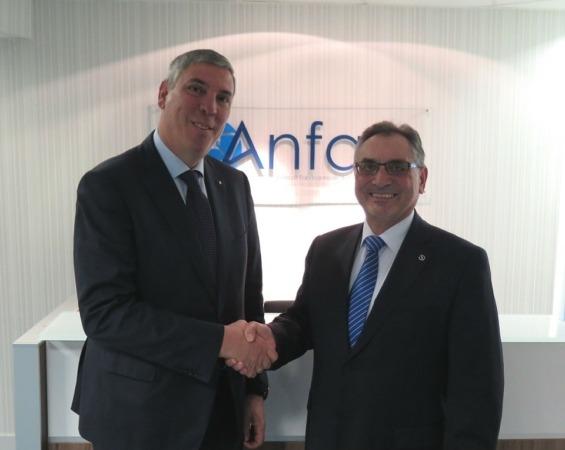 El nuevo presidente de ANFAC, José Vicente de los Mozos (izda.) junto Antonio Cobo, presidente saliente.