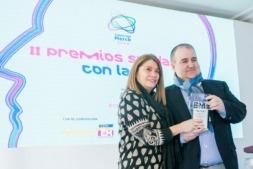 Josean Villanueva, de ADEMNA, recibe el premio de Carmen González Madrid, de Fundación Merck.