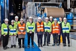 El vicepresidente Ayerdi, en el centro, con los responsables de la empresa