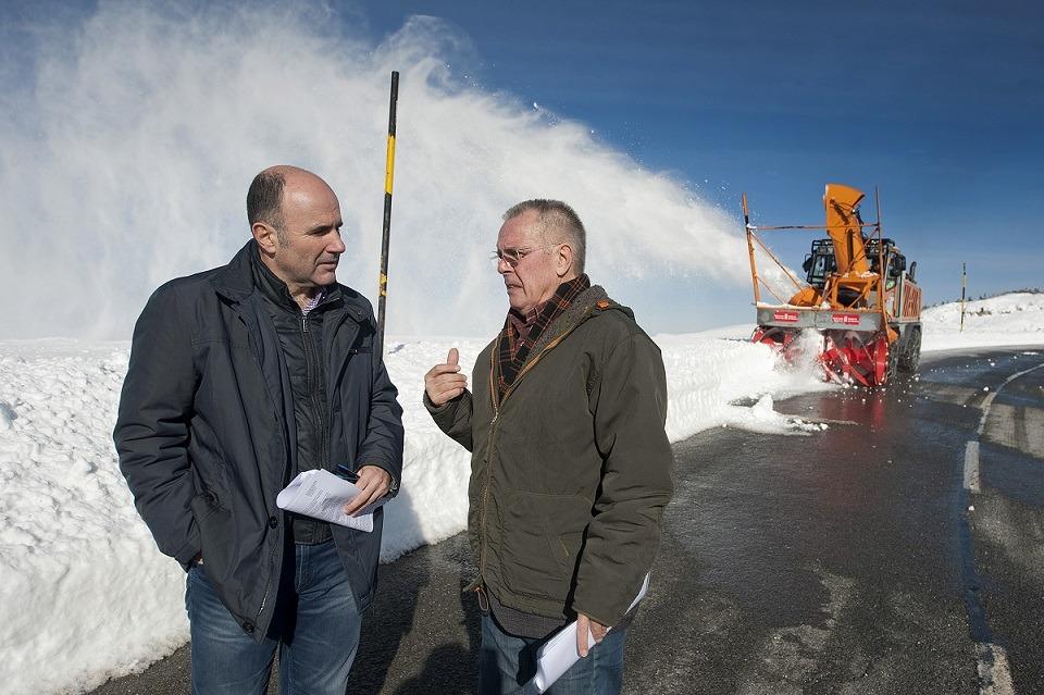 El vicepresidente Ayerdi recibe en Belagua las explicaciones del director general de Obras Públicas, Ignacio Nagore durante su visita al entorno de Burgui y Belagua.