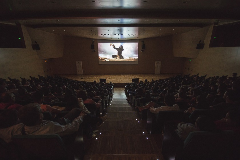 """Dins la programació d'estiu 2016 a CosmoCaixa Barcelona, el cicle CosmoNits va proposar un programa de cinc pel·lícules (a les nits de cinc dijous de juliol i agost), prenent com a idea temàtica l'exposició """"El Bressol de la Humanitat"""", per tal de reflexionar sobre la història humana (des dels seus orígens fins al seu hipotètic futur), des d'una visió entre la ciència i la ciència ficció. Les projeccions van anar precedides d'actuacions musicals. El dijous 14 de juliol l'espectacle va anar a càrrec de Acoustic Guiri Explosion (swing), i la pel·lícula projectada fou """"2001: Una odissea a l'espai"""". CosmoNits: a CosmoCaixa Barcelona, del 7 de juliol al 4 d'agost de 2016."""