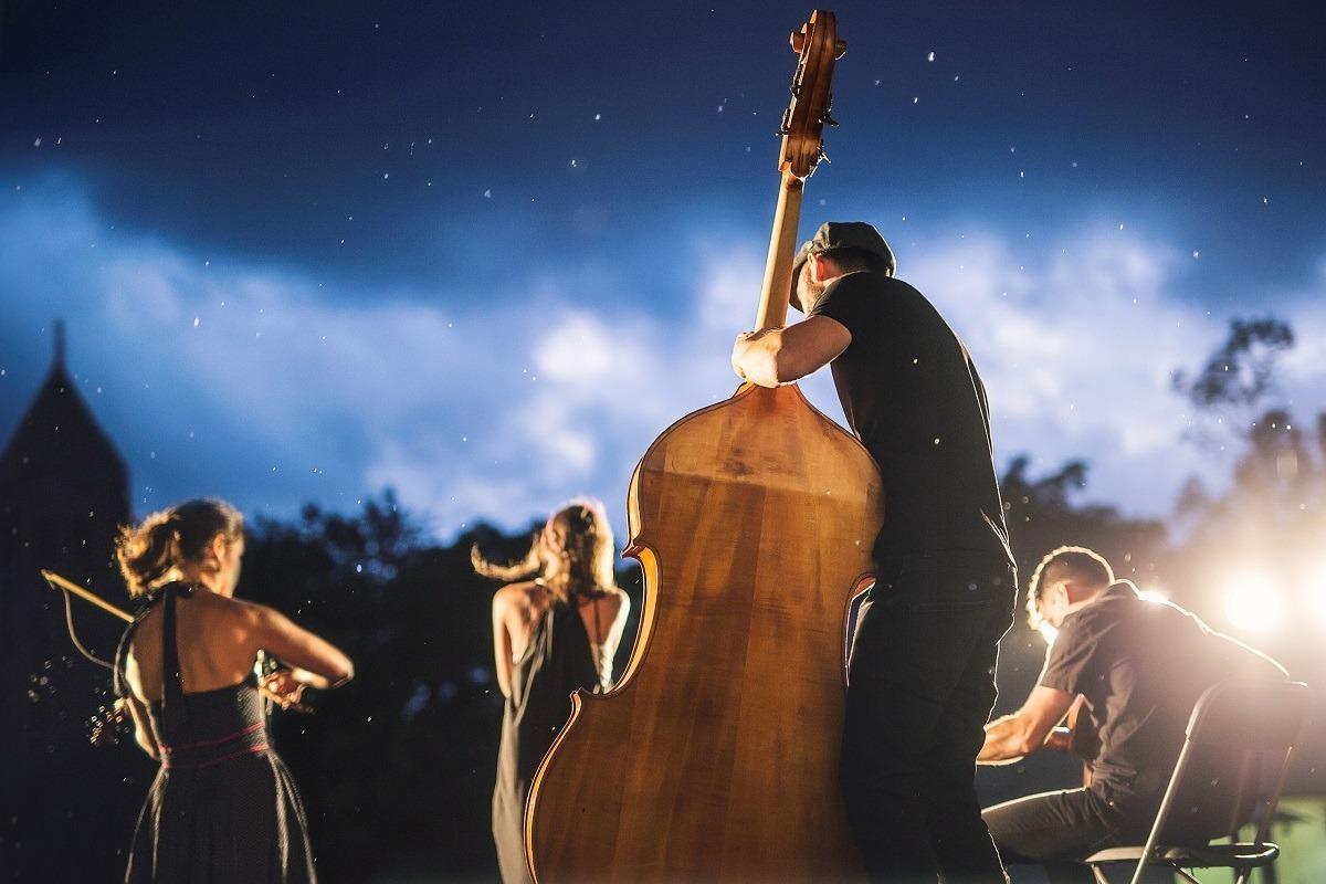 Actuación de Acoustic Guiri Explosion (swing).