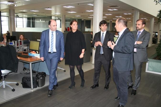 Iraburu, Castex, Piérola y Bagüés acompañan al vicepresidente en su visita a las instalaciones de la multinacional.