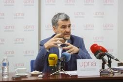 El rector de la UPNA, Alfonso Carlosena, en un momento de su intervención ante los medios de comunicación.