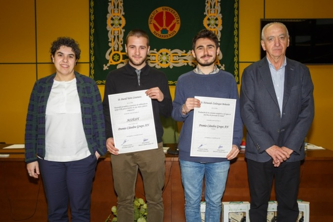 De I a D: Silvia Arazuri (UPNA) con los ganadores David Yerro y Fernando Zulategui y; Francisco Arrarás (Grupo AN).