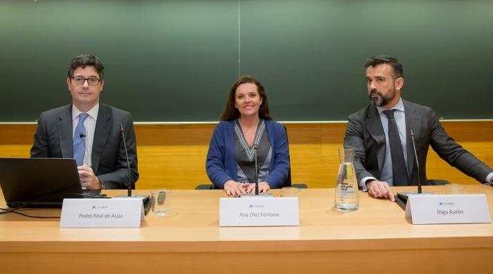 De I a D: Pedro Real de Asúa, Ana Díez Fontana e Íñigo Asirón, momentos antes de iniciarse el encuentro en Pamplona.