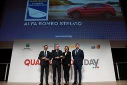 """Momento en el que los responsables del grupo FCA en España reciben el galardón de manos de los editores de la revista """"Quattroruote""""."""
